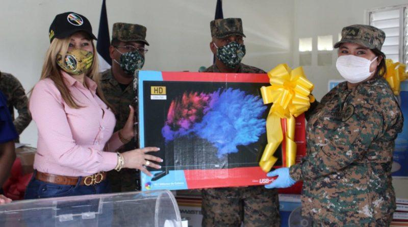 Presidente de la Asociación de Esposas de Oficiales del Ejército entrega regalos a las madres militares